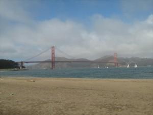 Strandpromenade mit Golden Gate Bridge