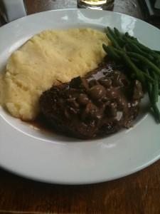 ...und das Essen schmeckt an sich auch gut. Hier ein Rumpsteak mit grünen Bohnen, Kartoffelbrei und Pilzsoße